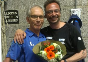 Bloemen voor toernooileider Mark